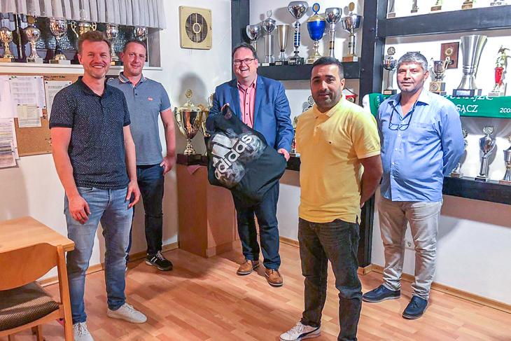 BFV-Präsident Björn Fecker (Mitte hinten) traf sich bereits zum zweiten Mal mit den Verantwortlichen von ATSV Sebaldsbrück zum Vereinsdialog. (Foto: Gero Groenhoff)
