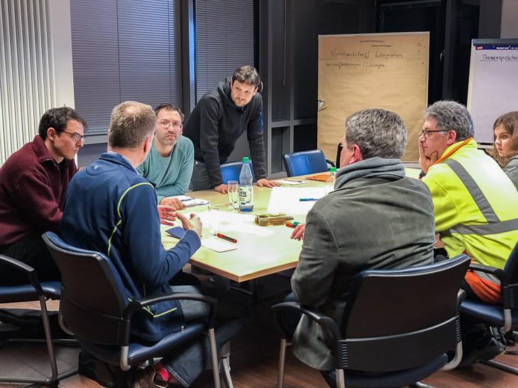 In der Gruppenarbeit erfahren die Teilnehmer, wie in den anderen Vereinen mit dem Thema Integration umgegangen wird. (Foto: David Dischinger)