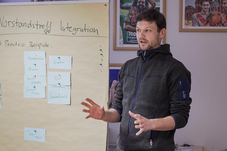 Jonas Wodarz, Mitglied der Kommission Integration, übernimmt als Moderator. (Foto: David Dischinger)