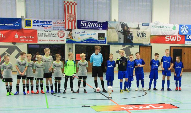 Die Spieler der unteren D-Junioren im Endspiel LTS Bremerhaven gegen TV Langen werden vorgestellt. (Foto: Ralf Krönke)