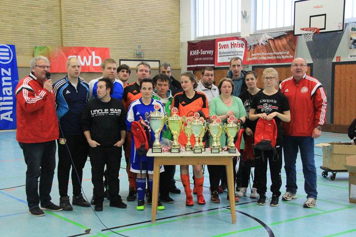 Alle Pokale, die im Laufe des Weser-Elbe-Cups ausgespielt wurden. (Foto: Ralf Krönke)