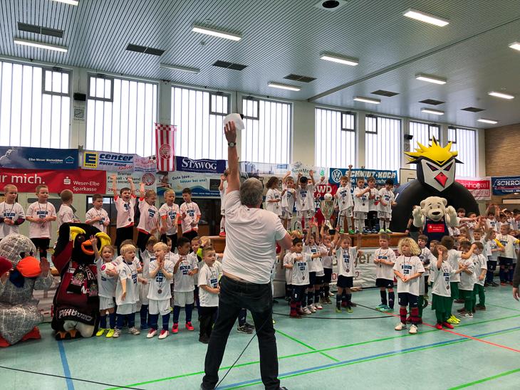 Bei den Minis sind alle Sieger.  Zum Abschluss des unteren G-Junioren-Turniers werden die Kleinen feierlich geehrt. (Foto: David Dischinger)