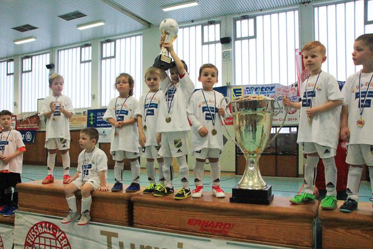 Die Kleinsten waren dieses Mal die Größten: die untere G-Jugend des TuSpo Surheide gewinnt den Cup. (Foto: Ralf Krönke)
