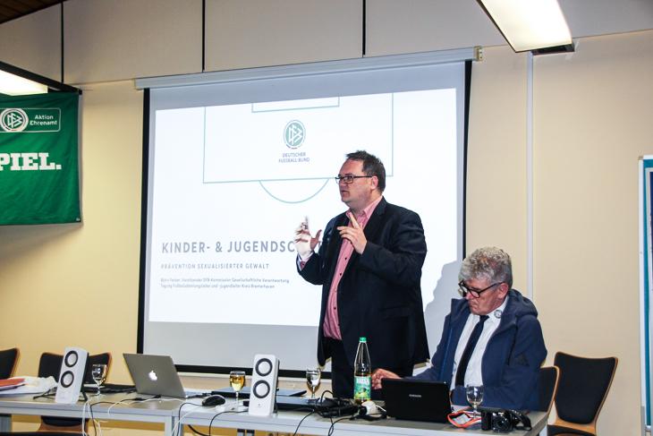 """BFV-Präsident Björn Fecker berichtet über das Thema """"sexualisierte Gewalt im Verein"""". (Foto: Ralf Krönke)"""