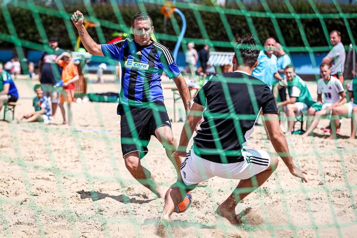 Die Sonntagskicker (blaues Trikot) sind mit der fünften Teilnahme beim fünften Turnier der Dauerbrenner des AOK Beachsoccer Cups. (Foto: Sven Peter - spfoto.de)