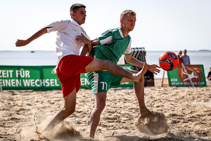 Spielszene aus dem Finale zwischen Playa Blanca (weißes Trikot) und dem TuS Sudweyhe. (Foto: Sven Peter - spfoto.de)