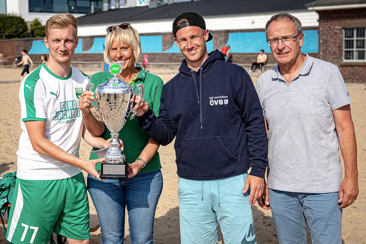 Der TuS Sudweyhe bekam den Pokal von Susanne Hoffmeister (AOK), Kevin Wiegratz (ÖVB Versicherungen) und BFV-Vizepräsident Henry Bischoff (v.l.) überreicht. (Foto: Sven Peter - spfoto.de)
