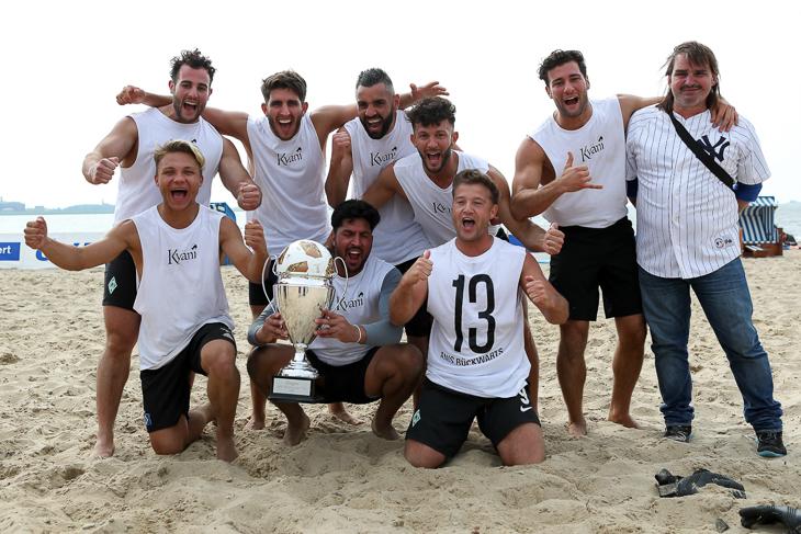 Sieger des AOK Beachsoccer Cups der Herren: Tiskin Kyani. (Foto: Sven Peter)