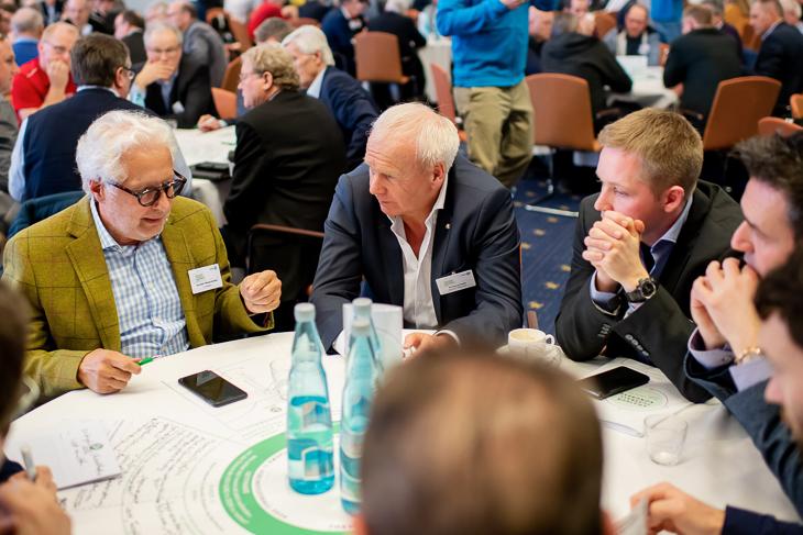 Gerrit Süßmann vom ATS Buntentor (2.v.r.) in einer der zahlreichen Workshop-Phasen des Kongresses (Foto: Getty Images)