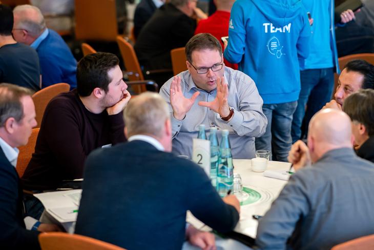 BFV-Präsident Björn Fecker (4.v.l.) diskutierte mit Vertretern aus Vereinen und Verbänden. (Foto: Getty Images)