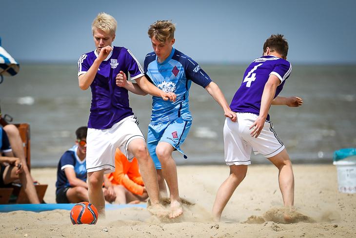 Spielszene aus dem Halbfinale zwischen der SG Findorff (weiße Hosen) und den Kickers-HB-Nord. (Foto: Sven Peter)