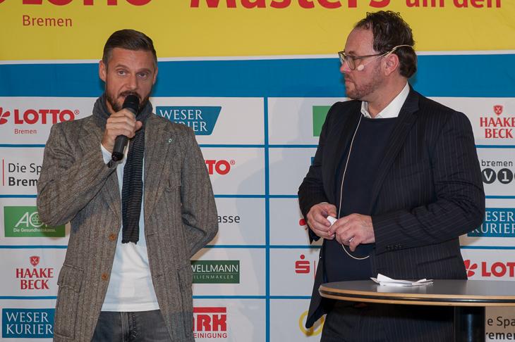 Tjalf Hoyer (l.) sprach mit Moderator Olaf Rathje über Fußball, Musik und soziales Engagement. (Foto: Oliver Baumgart)