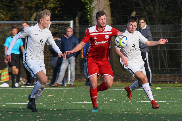 Philip Schönewolf vom ESC Geestemünde (m.) behauptet gegen Borgfelds Massimo Klüver (r.) den Ball. (Foto: Olaf Lücke)
