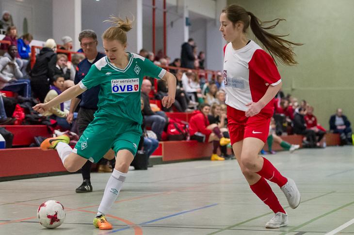 Spielszene aus dem vergangenen Jahr: Werders Maje Tegtmeier (l.) im Duell mit Borgfelds Lara-Katharina Woerner. (Foto: Oliver Baumgart)