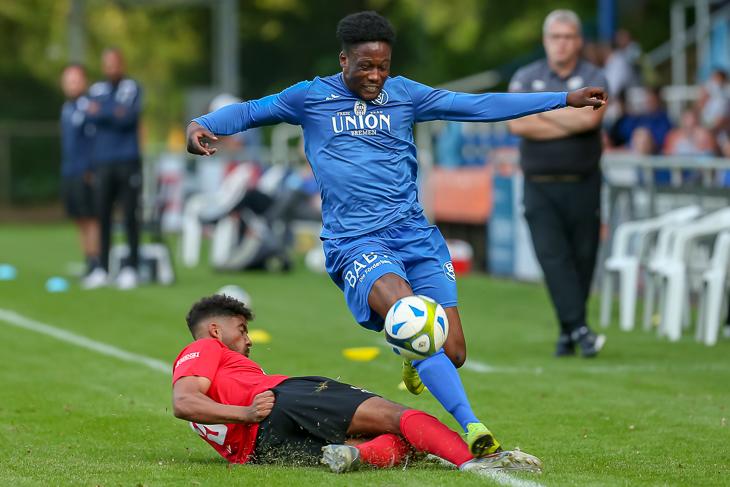 Unions Jendrik Löschner (l.) versucht, Sadrak-Kalemba Nankishi im Eröffnungsspiel vom Ball zu trennen. (Foto: Oliver Baumgart)