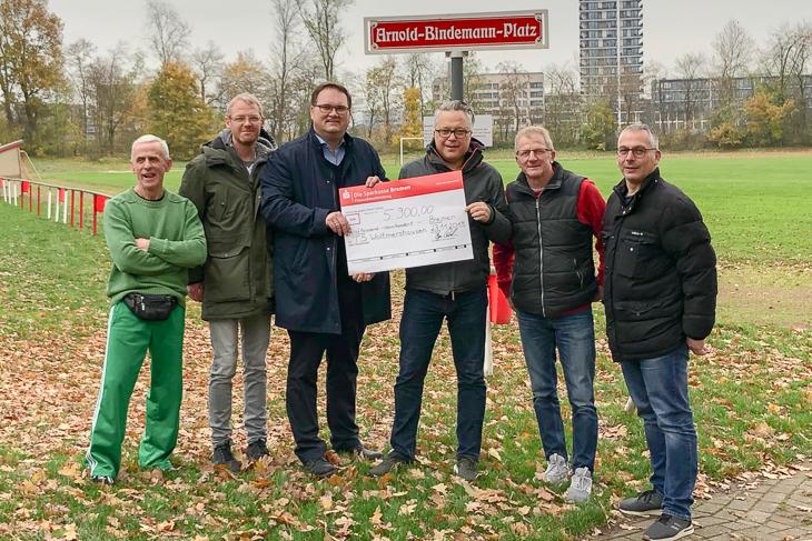 Große Freude beim TS Woltmershausen über den Scheck, den BFV-Präsident Björn Fecker (3.v.l.) und BFV-Jugendobmann Jurij Žigon (r.) überbrachten. (Foto: privat)