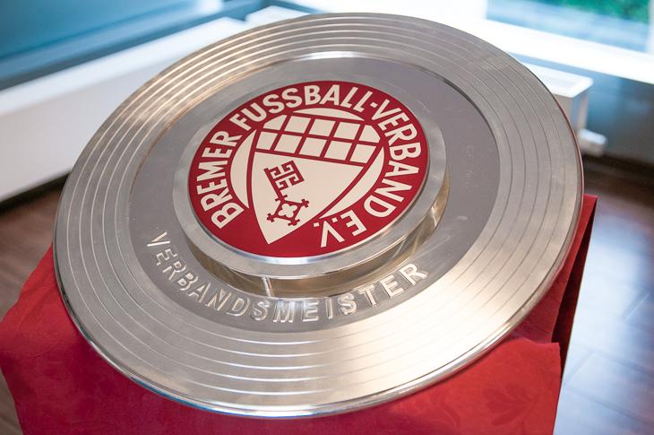 In diesem Jahr wurde sie coronabedingt nicht vergeben, doch am 20. August beginnt der Kampf um die Meisterschale der Bremen-Liga erneut. (Foto: Oliver Baumgart)