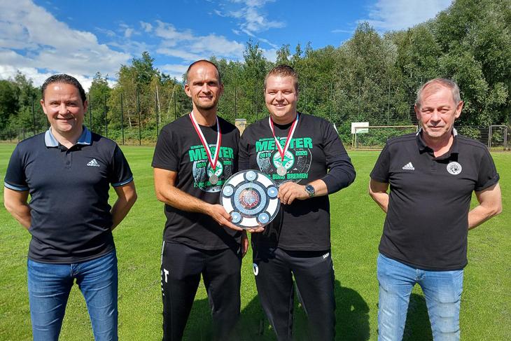BFV-Vizepräsident Holger Franz (l.) und der Vorsitzende des Spielausschusses Andreas Kramer (r.) überreichten die Meisterschale an Burgs Trainergespann Sascha Steinbusch (2.v.l.) und Kai Stegemann. (Foto: privat)
