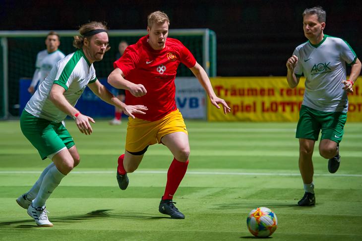 Das Team von Cordes & Graefe (rotes Trikot) sicherte sich den vierten Platz, während die AOK (weißes Trikot) nach der Vorrunde ausschied. (Foto: Oliver Baumgart)