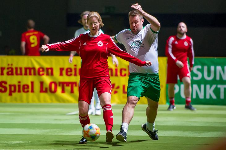 BFV-Landesauswahltrainerin Svetlana Simanic (l.) behauptet im Duell mit der AOK den Ball. (Foto: Oliver Baumgart)