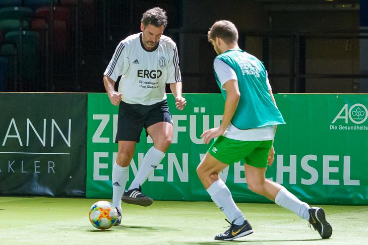 WESER-KURIER-Redakteur Christoph Sonnenberg (l.) bewies nicht nur im Finale gegen Anheuser-Busch InBev eine gute Ballbehandlung. (Foto: Oliver Baumgart)