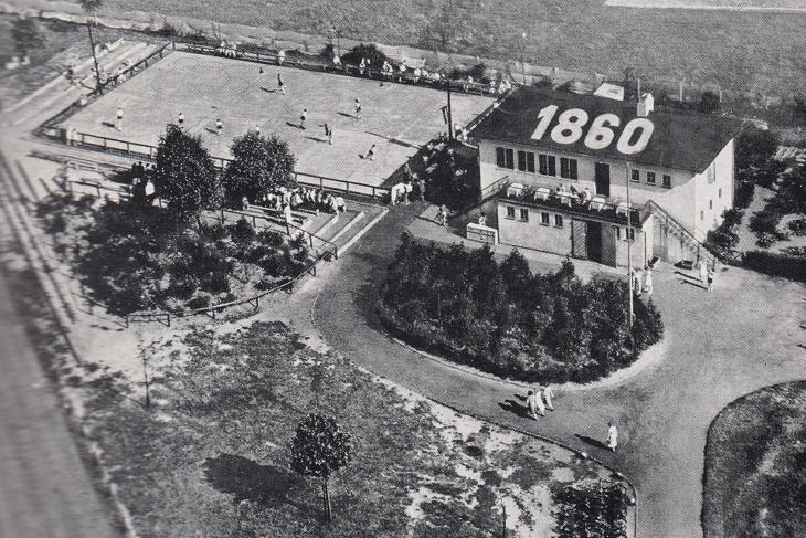 Das nach dem Weltkrieg erbaute Spielhaus in der Pauliner Marsch wurde am 26. Juli 1949 eingeweiht und war die Heimat von 1860 Bremen, unschwer am Schriftzug auf dem Dach zu erkennen. (Foto: unbekannt)