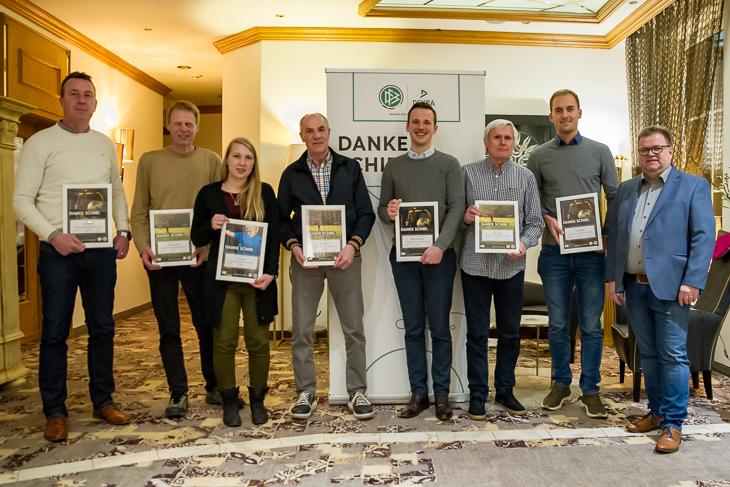 Ralf Schneider, Gerd Castendiek, Tina Kettler, Günther Betin, Dirk-Lutz Jürgens, Alwin Krömer und Timo Hippel wurden von Verbandsschiedsrichterobmann Torsten Rischbode (v.l.) ausgezeichnet. (Foto: Oliver Baumgart)