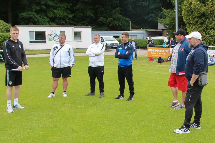 Mirko Drzysga (l.) erläutert den Trainern der Leher TS die Demoeinheit. (Foto: Ralf Krönke)