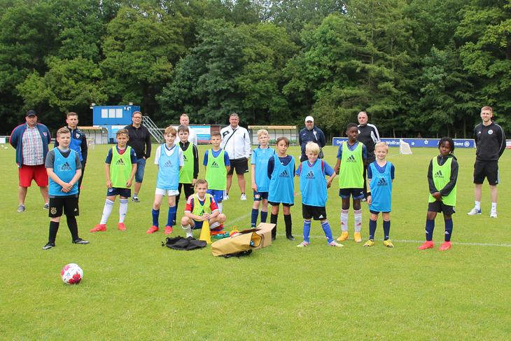 Trainer und Spieler waren gleichermaßen begeistert vom Besuch des DFB-Mobils. (Foto: Ralf Krönke)