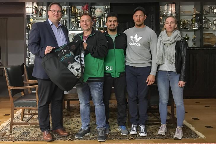 Die Fußballsparte des Gehörlosen SV freute sich über den Besuch von BFV-Präsident Björn Fecker (l.). (Foto: Gero Groenhoff)