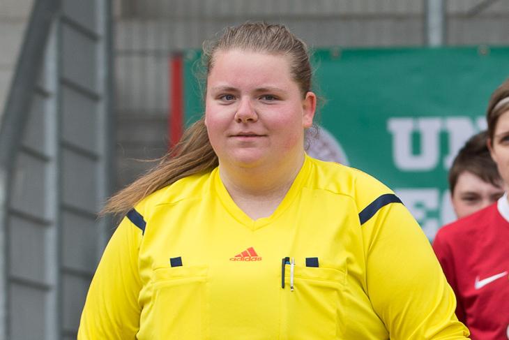 Julia Drücker bei der Arbeit als Schiedsrichterin. (Foto: Sven Peter - spfoto.de)