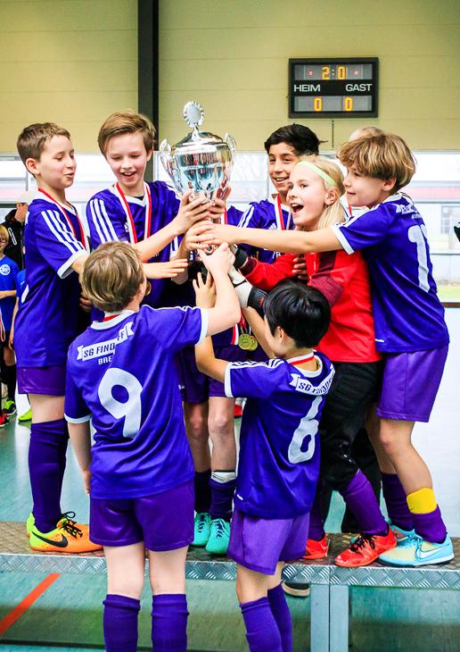Schöne Momente im Fußball: Den Pokal in die Höhe strecken. (Foto: privat)