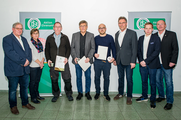 Wolfgang Laging (SG Aumund-Vegesack, 3.v.l.), Gerd Wessling (TuS Komet Arsten, 4.v.l.) und Alexander Hübschen (FC Union 60, 4.v.r.) freuten sich über die Auszeichnung mit dem DFB-Sonderpreis. (Foto: Oliver Baumgart)