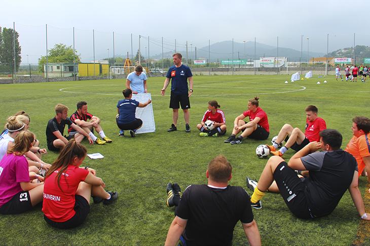 """Den """"Fußballhelden"""" winkt eine Bildungsreise nach Spanien. (Foto: KOMM MIT)"""