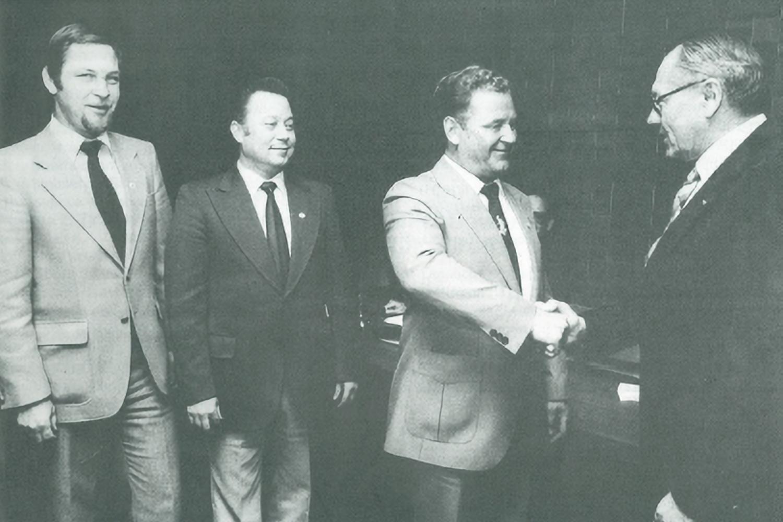 Hier ehrt Herbert Bischoff (rechts) Arnold Neuhauss, Peter Stoltenberg und Wolfgang Thurow (von links nach rechts). (Foto: Archiv)