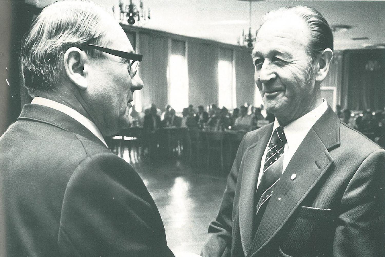 1977 erhielt Wilhelm Nielsen vom BFV-Vorsitzenden Herbert Bischoff die Goldene Ehrennadel. (Foto: Archiv)