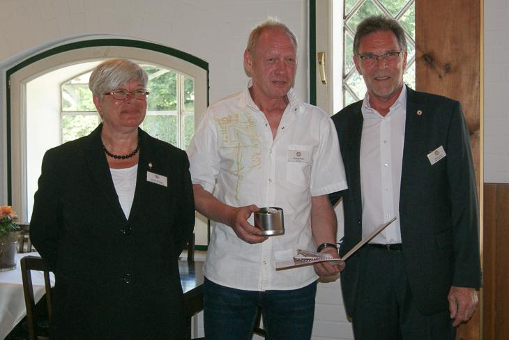 Hartmut Pülm (m.) bei seiner Ehrung durch BFV-Viepäsident Michael Grell (r.) und Ulrike Krieger vom Schleswig-Holsteinischen Fußballverband. (Foto: SHFV)