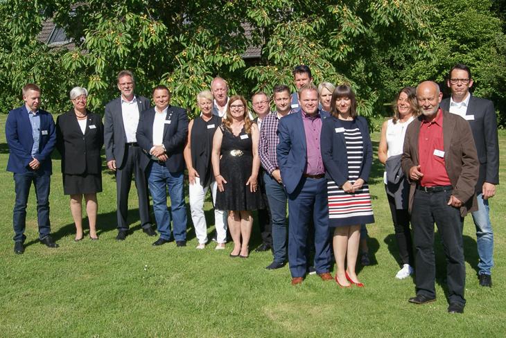 Die Ehrenamtspreisträger aus Bremen und Schleswig-Holstein beim gemeinsamen Gruppenfoto mit den Organisatoren. (Foto: SHFV)