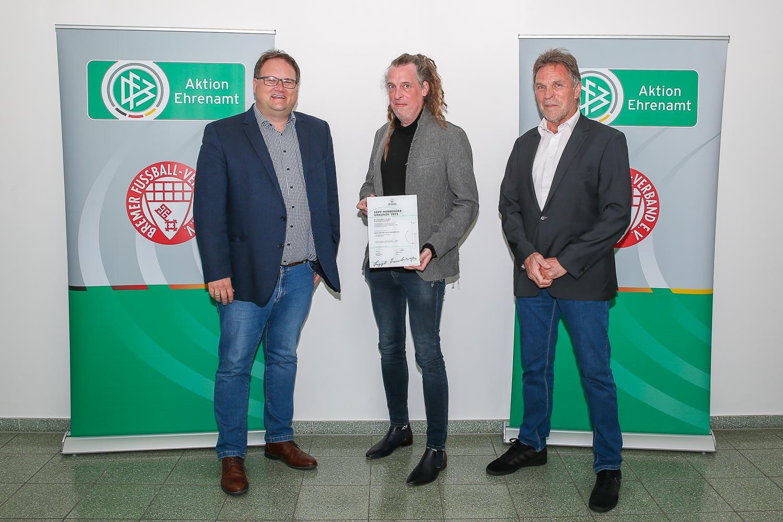 Bastian Fritsch (m.) erhielt die Sepp-Herberger-Urkunde aus den Händen von BFV-Präsident Björn Fecker (l.) und BFV-Vizepräsident Michael Grell. (Foto: Oliver Baumgart)