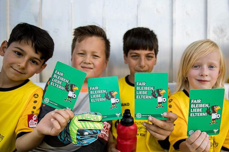 Kinder zeigen ihren Eltern an den kommenden Wochenenden die grüne Karte. (Foto: DFB)