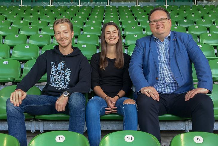 Rune Orb und Lea Taubert sind die ersten FSJ-ler, die BFV-Präsident Björn Fecker (v.l.) im Verband begrüßen durfte. (Foto: Christin Uthmann)