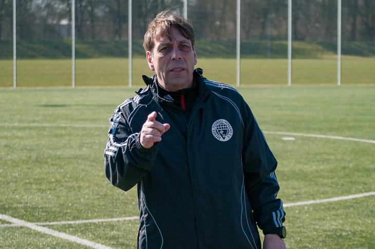 Verbandssportlehrer Wilfried Zander brachte den FSJ-lern mehr über den Fußball im Jugendbereich bei. (Foto: Oliver Baumgart)