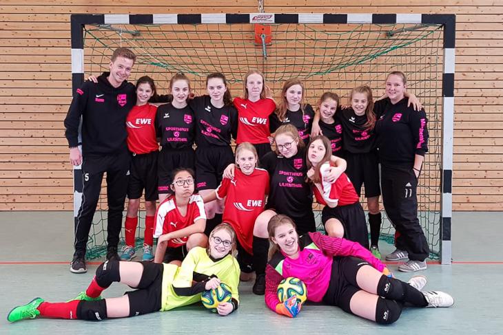 Rune Orb (hinten, links) und Trainerin Bianca Schlawin (hinten, rechts) mit den Mädels des SC Borgfeld. (Foto: privat)