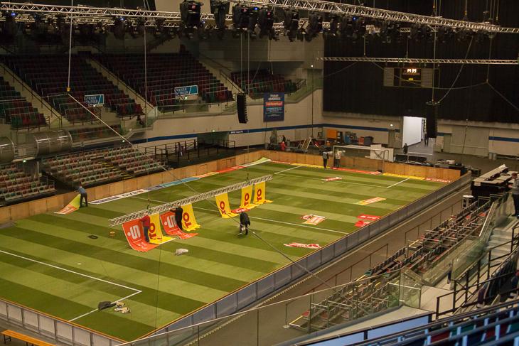 Shannon Görke half mit, die ÖVB-Arena fit für das LOTTO-Masters um den Sparkasse Bremen-Cup zu machen. (Foto: Dennis Gloth)