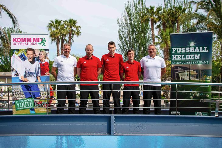 Drei Fußballhelden unter Spaniens Sonne: Nils Kaiser (m.), Ole Aldag (2.v.l.) und Benjamin Samorski (2.v.r.). (Foto: KOMM MIT)
