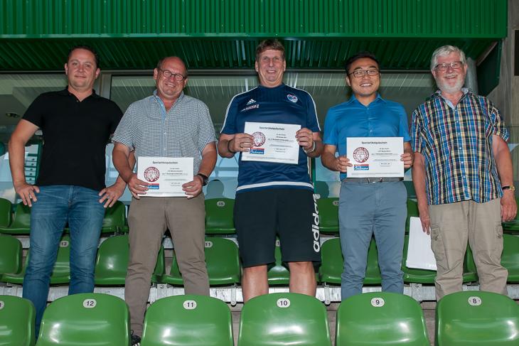 Die Vereine des Kreises Bremen-Stadt, hier die Clubs aus dem niedersächsischen Umland, nahmen ihre Gutscheine im Weser-Stadion entgegen. (Foto: Oliver Baumgart)