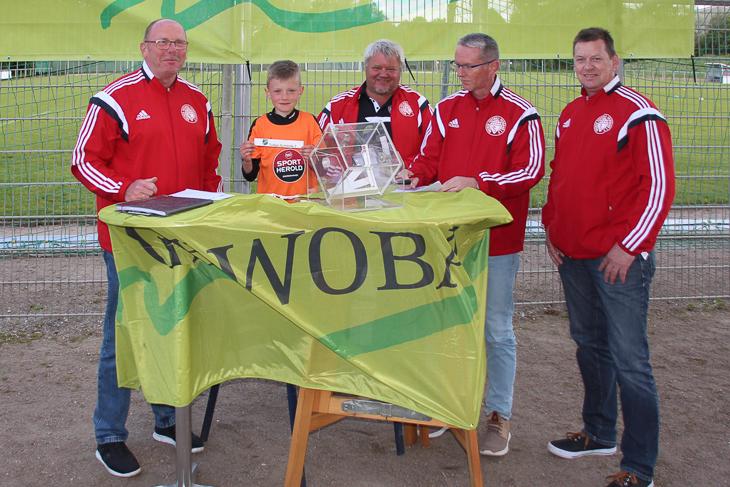 Kreisvorsitzender Axel Zielinski und Damian Resch freuen sich auf eine Woche Jugendfußball ebenso, wie Thomas Sassen, Stephan Tatje und Heiko Däter (v.l.) aus dem spieltechnischen Ausschuss. (Foto: Ralf Krönke)