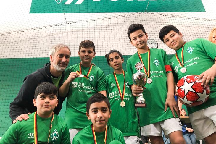 In der jüngsten Gruppe holten die Kicker vom SOS Kinderdorff Worpswede den Cup. (Foto: privat)