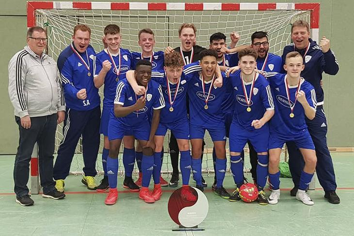 So sehen Sieger aus: JFV Bremerhaven, norddeutscher A-Junioren Futsalmeister. (Foto: Jens Bendixen-Stach)