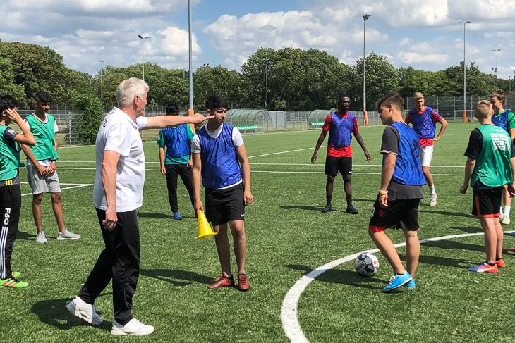 Referent Fred Michalsky vom Bremer Fußball-Verband erklärt den angehenden Junior-Coaches, wie es geht. (Foto: David Dischinger)